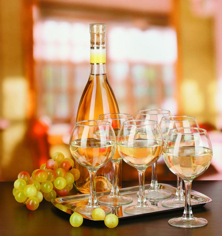 Σε ποια θερμοκρασία πρέπει να σερβίρουμε το κρασί; Η επιλογή του πώματος είναι σημαντική και με τη μετάγγιση τι γίνεται; Οι ειδικοί του κρασιού απαντούν