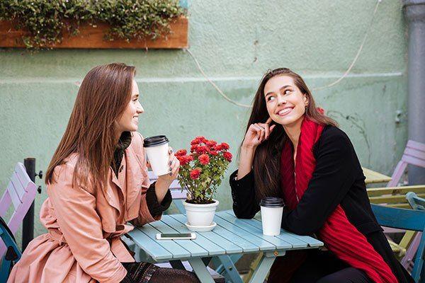 dos mujeres tomando cafe