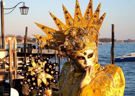 Февраль. По Италии прокатывается волна карнавалов, самый известный из них, конечно же, проходящий на фоне венецианской лагуны, гондол и мостов. Поражающий туристов грандиозным театральным шоу, где главными актерами, костюмерами, декораторами и даже декорациями, становятся народные массы. Это костюмированный бал-маскарад – самый старинный из всех карнавалов планеты, ежегодно проходящий в Венеции.