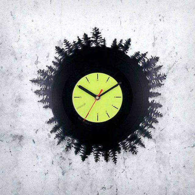Оригинальный дизайн часов созданный из виниловых пластинок
