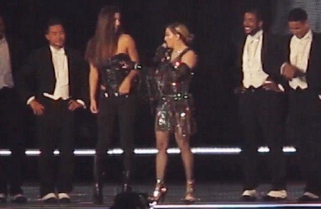 Remaja Terkejut Madonna Tarik Bajunya Sampai Ternampak Buah Dada (Video)   Madonna Tarik Baju Peminat Hingga Nampak Payudara Ketika Konsert   Tindakan Madonna menarik korset dipakai Josephine Georgiou secara tiba-tiba di atas pentas ketika konsertnya berlangsung di Brisbane Australia pada malam Khamis membuatkan payudara kiri remaja tersebut terbuka di hadapan ribuan pengunjung yang lain.  MADONNA dan kontroversi sememangnya tidak dapat dipisahkan.  Selepas buat hal apabila lewat berjam-jam…