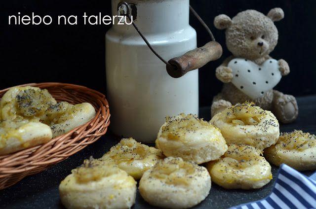 Cebularze - drożdżowe bułeczki z farszem z cebuli, idealne na kolację, do podjadania z masłem lub jako dodatek np. do czerwonego barszczu.