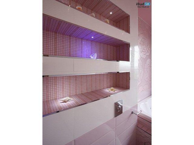 На фотографии показана отделка стен в ванной. Плитка и мозаика, которые используются в ванной комнате подбирались особо тщательно. Выбор пал на замечательную FAP Ceramiche. Встроенные полочки для р...