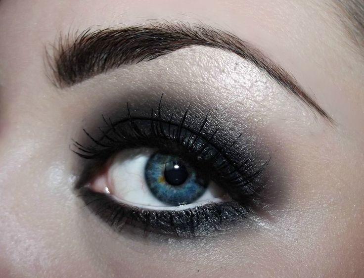 Black eye make-up - Smoky eyes