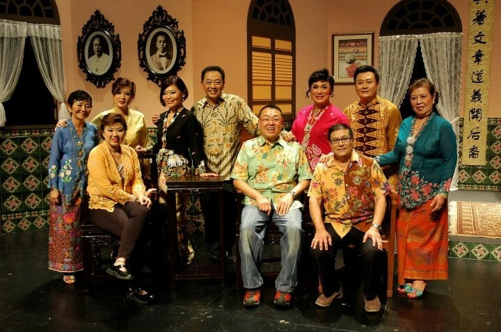 A Peranakan Theatre group in Singapore puts on dramas & comedies in the Straits-Chinese patois,which is a mix of the Malay language & the Chinese dielect Hokkien(Fukian).