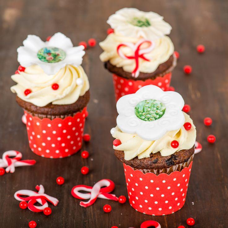 Elegante si rafinate, perfecte pentru a fi oferite drept martisorul dulce, aceste cupcake-uri sunt deosebite si de mare efect. Vin la pachet cu o hartuita decorativa speciala, dar si cu o cutie pe care o legam cu un snur traditional de martisor.   Pret unitar : 16 lei / BUC