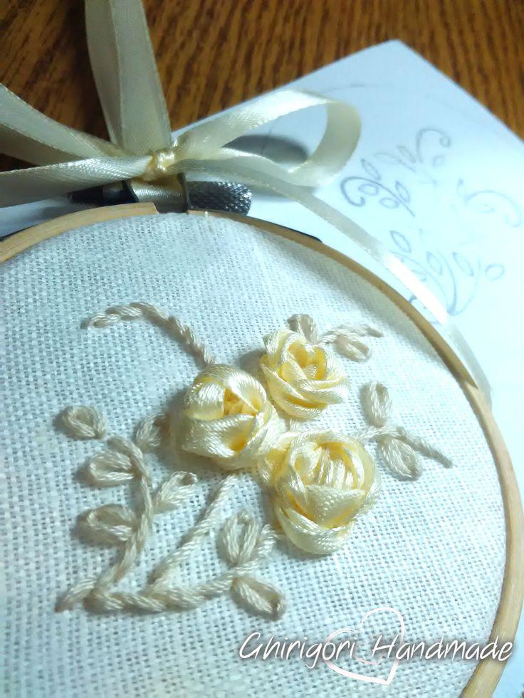 Hoop Art, ricamo artistico su telaio, raso e mouliné su tessuto misto lino.   #handmade #fattoamano #embroidery #ribbon #hoopart #hoop #ricamo #telaio #nastro #ricamocreativo