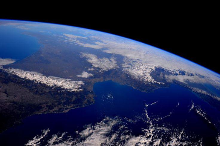ESA France @ESA_fr  ·  24 min Hace 24 minutos TT @AstroSamantha #GentedeEuropa Les cathédrales de la nature! Pyrénées, Alpes et Appenins sur cette superbe vue de l'Europe du Sud
