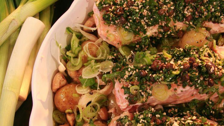 Laks med lun potetsalat - Her er laksen servert på potetsalaten og med en saus du lager av persille, kapers, sesamfrø og olivenolje.SVT