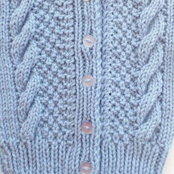 Âge 0 - 6 mois, il sagit dun charmant petit knit cardigan bébé en bleu et avec un très joli motif sur le devant. Le petit cardigan a boutons jusquà un col et manches longues. Le cadeau de douche de bébé parfait !  Jai tricoté cette jolie petite veste en chaleur faible entretien facile, poids moyen, fil acrylique, cool lavage machine, cycle délicat et machine court sec, ou étaler à plat pour sécher. Il faut attacher les boutons avant le lavage. Les mesures sont ci-dessous.  S'il vous plaît…