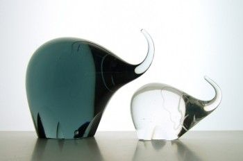 Detailed image of Vicke Lindstrand art glass elephants