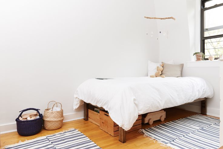 Erin Boyle of Reading My Tea Leaves invites us into her minimalist Brooklyn abode.
