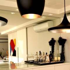 Apartamento para um jovem casal em tons de cinza: Sala de jantar Moderno por Helô Marques Associados