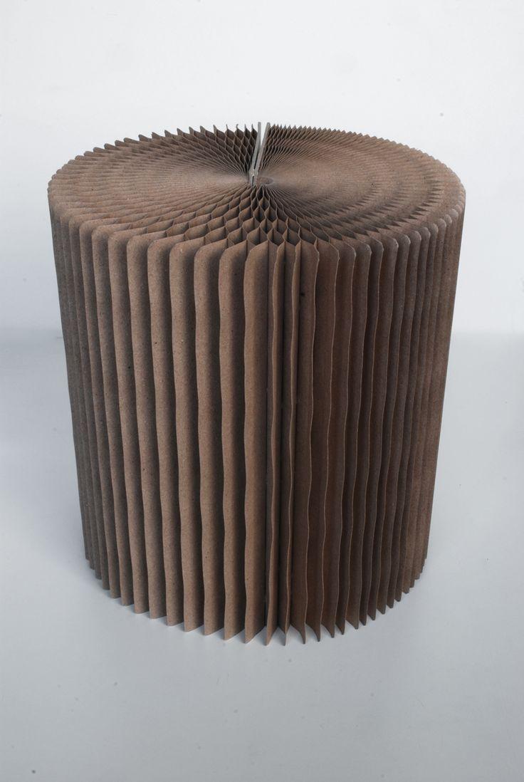 stool in cartone ondulato. diametro cm.32xh.36.