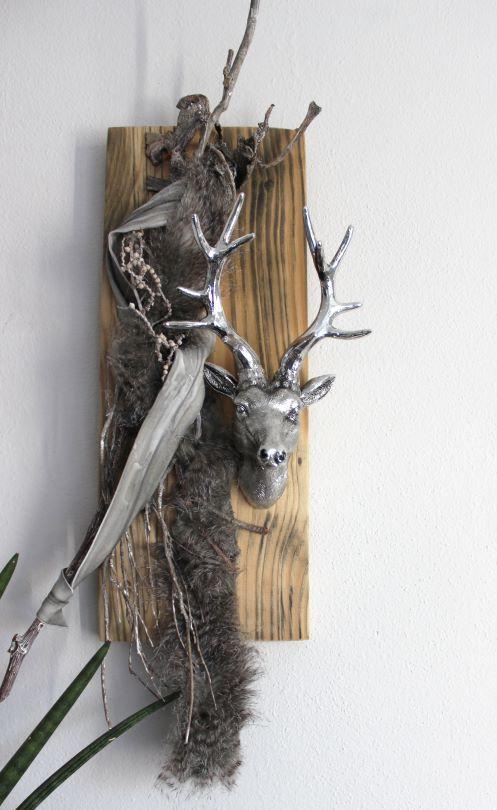 Amazing HE u Wanddeko aus altem Holz Altes Holzbrett nat rlich dekoriert mit einem Kunstfell und Hirschkopf