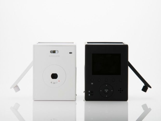 """Sun and Cloud, l'appareil photo qui ne connaîtra jamais """"batterie faible"""" ! Superheadz Japan a créé cet appareil photo numérique qui possède une manivelle et un panneau solaire sur le dessus pour se recharger tout seul."""