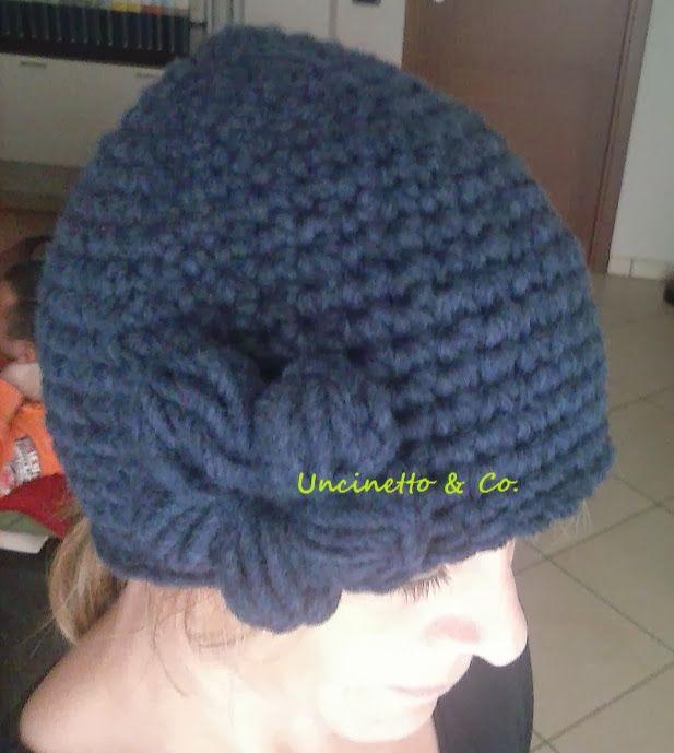 Cappellino in lana blu.