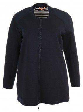 Die charmante Strickjacke von Frapp ist ein Key-Piece für entspannte Looks. Der gerade Schnitt sorgt für eine schmeichelhafte Silhouette und verleiht dem etwas längeren Cardigan ein raffinertes Design. Das blaue Modell kommt in maritimer Optik, da es von Innen gestreift ist. Der Cardigan mit praktischem Reißverschluss ist die passende Ergänzung zu einem einfachen Shirt!
