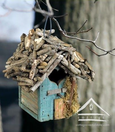 Olá meninas!!!  Vejam o que é possível fazer com madeira recuperada e troncos... Ecologicamente correta!!! Perfeita.  Amei essa Casinha d...