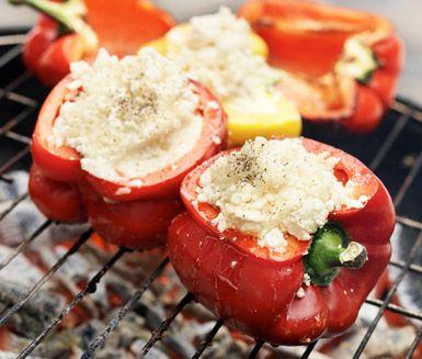 Läckra grillade paprikor fyllda med en blandning av smakrik getost och söt flytande honung. Servera dina paprikor tillsammans med ruccolasallad, pinjenötter, en skvätt olivolja och finstrimlat äpple.
