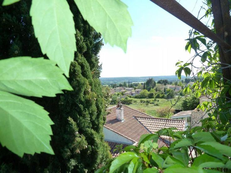 Eguilles à proximité immédiate du centre du village, appartement T2 lumineux avec une jolie vue dégagée situé au 1er étage d'une petite copropriété de 4 appartements. Cet appartement au calme comprend une pièce de vie avec rangement et kitchenette, un coin nuit et une salle de bain avec Wc. Appartement idéal pour jeunes couples, proche de la ville d'Aix en Provence à visiter Autour d'Aix Mdt 835EC