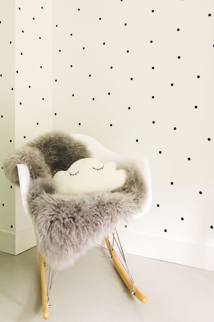 Babykamer zwart wit met stipjes en schommelstoel eames
