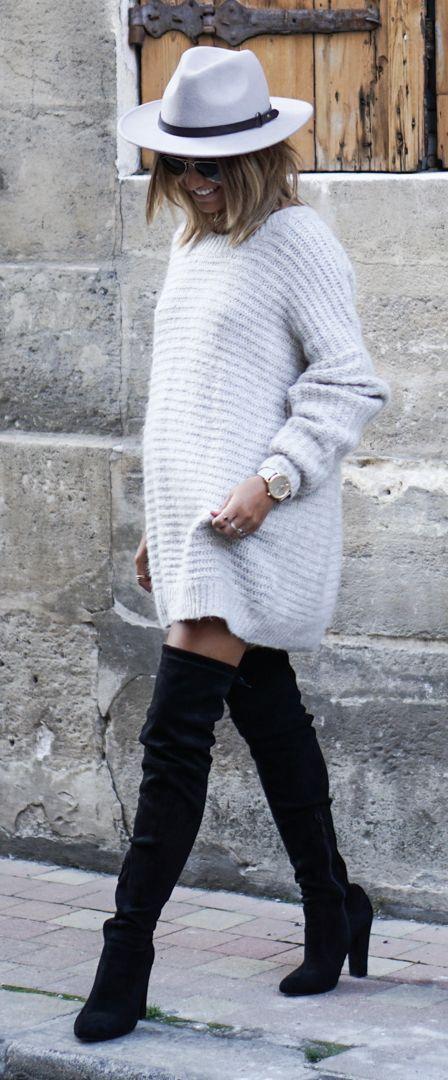 C'est désormais une question récurrente: comment porter les cuissardes cet hiver ? Toute la difficulté consiste à rester sexy sans mourir de froid. Focus : cuissardes à talons noires portées avec une robe pull en laine gris clair