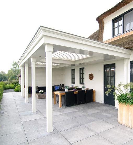 Een tuinhuis met overkapping biedt uitkomst voor meer bergruimte, meer leefruimte en een beschutte plek. Maatwerk houten tuinhuizen met veranda »