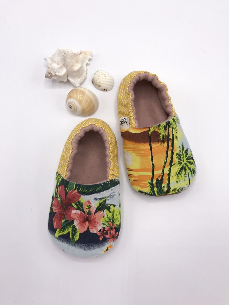 Whenever I see a vintage Hawaiian shirt I start imagining the cute babyshoes I can make out of those Beautiful Tropical Sceneries. These are available on my etsy shop #tropicalbabyshoes #babybooties #hawaiianshirt