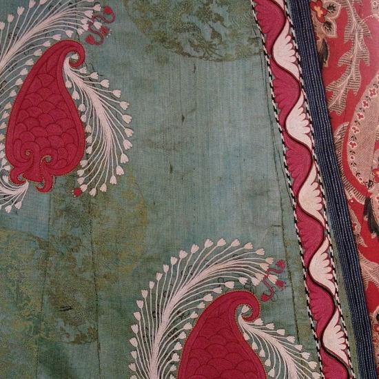 In Uzbekistan. Broccato di seta cinese e ricami a punto catenella in seta di frutti Nimuri e tulipani.