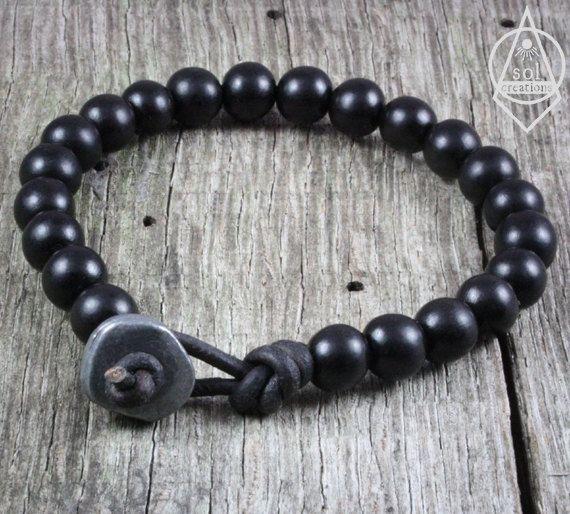 Herren Leder Mala Armband. Dieses Stück besteht aus schwarzem Ebenholz Holz Perlen (8mm) und einer Zinn-Verschluss-Perle, aufgereiht auf hochwertigem strapazierfähigem braunem Leder. Ebenholz ist größtenteils schwarz mit leichten Anklängen von dunkelbraun hier und da. Ich benutze eine Perle und Schleife Stil-Verschluss, die sicher und verschränkt bleiben garantiert ist. Robuste, zeitlos und langlebig... wie ein Mann Armband sollte. Ich benutze nur die höchste Qualität Lederband erhältlich…