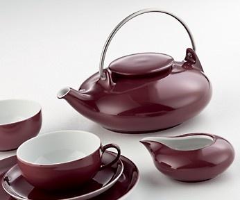 Teesetti Kiina Posliinia. Väri kiinanpunainen. 21-osainen tyylikäs teesetti: teekannu 1l, sokeriastia 0,20 l, maito/kerma-astia 0,15 l, 6 teekuppia 0,20 l, 6 aluslautasta 14 cm ja 6 leivoslautasta 20 cm.