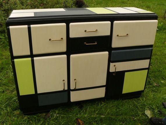 Buffet vintage relooké façon Mondrian, dessus faïence