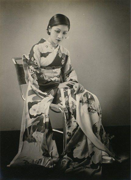 堀野正雄さんという大正〜昭和の写真家の存在を知ったのですが、その堀野正雄さんが写す着物女性の美麗なこと。こちらは1933年(昭和8年)の作品なのですが、当時としてはかなりモダンな作品だったのではないでしょうか。堀野正雄さんのことを「モダニス…