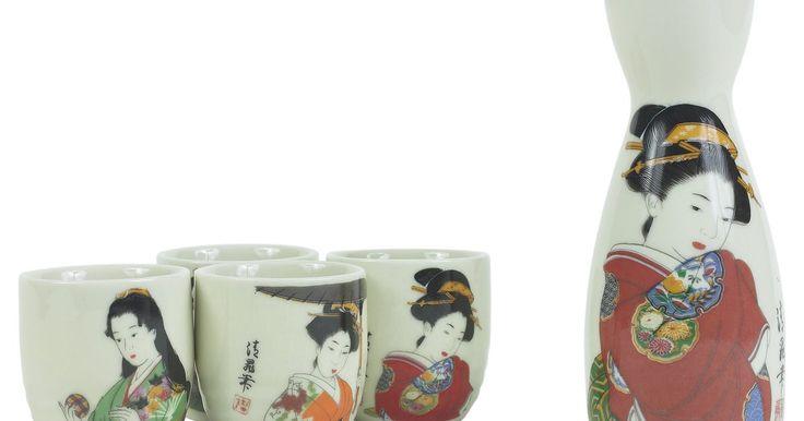 Cómo identificar un jarrón de oro esmaltado de cerámica japonesa. Hay cuatro tipos diferentes de cerámica japonesa: loza, gres, porcelana y cerámica vidriada. Satsuma ware es un tipo de cerámica vidriada japonesa bañada en oro que se originó en el siglo 17. La cerámica Satsuma se hacía de barro en la isla de Kyushu, y comenzó a ser producida en masa durante el siglo 18. Debido a su popularidad, a finales del ...