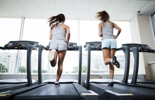 1 saat içinde 600 kalori yakmanızı sağlayacak koşu bandı antrenman programı ile yaza fit bir başlangıç yapmaya hazır olun