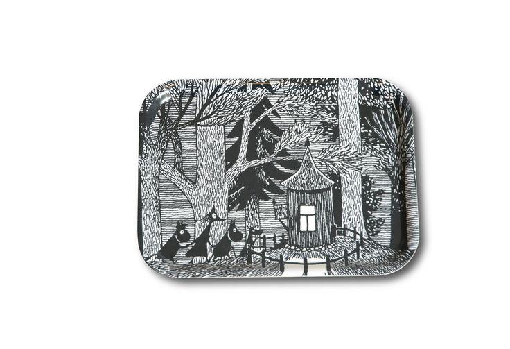 Questo bellissimo vassoio in multistrato di betulla a mano ha un originale illustrazione Tove Jansson dal suo 1954 libro 'Moominsummer Madness' e presenta Fillyjonk, Moomintroll e Snorkmaiden che seguono Hemulen al suo cottage per un tè e dolci. Le immagini di Jansson in bianco e nero sono arte visiva moderna per l'uso quotidiano, e sono apprezzate non solo dai più piccoli nelle famiglie, ma anche, e ancor più, dagli adulti. Dimensione 20 x 27 cm. Adatto per lavastoviglie - 18€