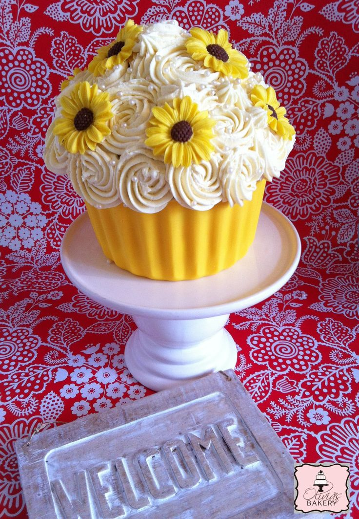 """Giant Cupcake - Cola Cake filled with Oreo-Cookie Buttercream. Muffin """"Liner"""" from chocolate, flowers are fondant.  GLUTENFREE - GLUTENVRIJ"""