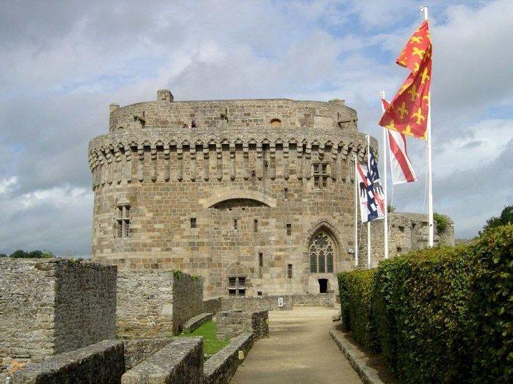 Замок Динан – #Франция #Бретань #Динан (#FR_E) Интересен и старый город, в котором находится этот средневековый замок-крепость, и сам замок в котором теперь музей  ↳ http://ru.esosedi.org/FR/E/1000450123/zamok_dinan/
