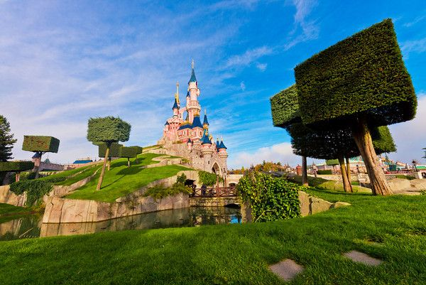 Le Château de la Belle au Bois Dormant est la plus Belle de tous - Disney Tourist Blog http://www.disneytouristblog.com/disneyland-paris-sleeping-beauty-castle-beautiful/