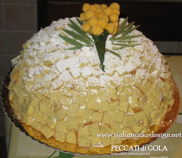 Torta Mimosa per la festa della donna con crema pasticcera e fragole e con mimosa in pasta di zucchero