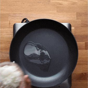 Отличная идея для оригинального и вкусного завтрака! 🍳☕ Очень вкусно! 😍  Ингредиенты: 300 гр колбасы Чоризо (или аналогичной) 4 яйца 1 чашка сыра чеддер, тертого ½ чашки лука, нарезанного кубиками 1 стакан сладкого перца, нарезанного кубиками 2 столовые ложки растительного масла 1 пачка бисквитного теста Яичная смесь Мука для присыпки  #jamadvice #джемсоветов #рецепт #завтрак #вкусныйзавтрак