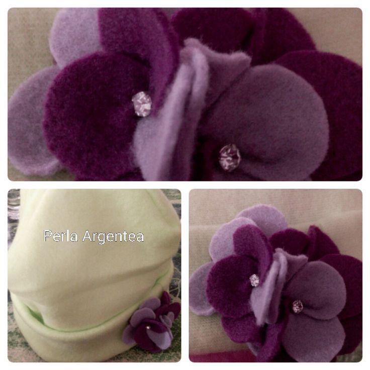 Cappello in pile con fiori e cristallo
