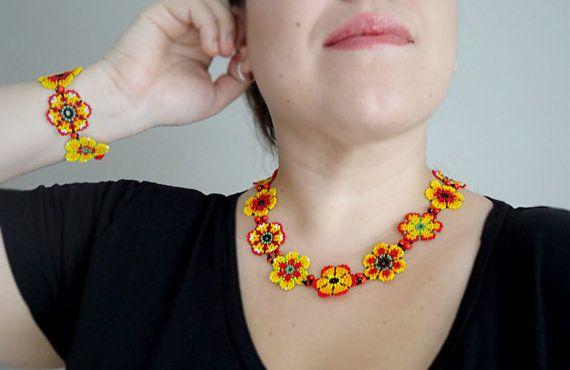 Native ethniques mexicains rouge et jaune fleurs par LucianaLavin