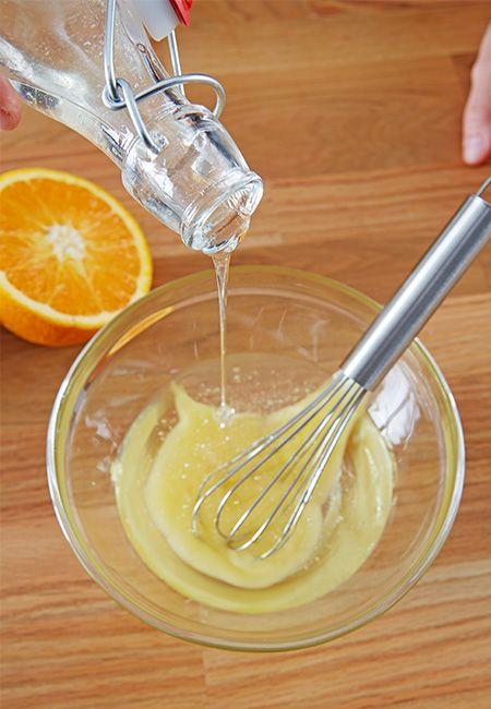 Flüssiges Kokosöl, Honig und Flüssigseife in die Schüssel geben