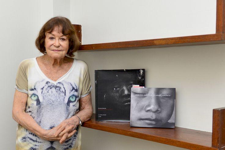 Testemunha de massacre contra os Yanomami, Claudia Andujar é homenageada em Roraima | A fotógrafa foi expulsa em 1978 da reserva Yanomami, durante o governo militar, por sua luta a favor da demarcação das terras. (Foto acima é de autoria de Marcelo Mora/Amazônia Real)  Janaína de Souza, especial para a Amazônia Real Boa Vista (RR) – Na sala de cinema do Centro Amazônico de Fronteira da Universidade …