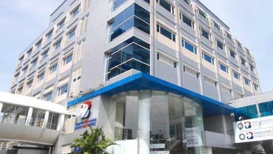 Bangkok Hospital Medical Center, Bangkok, Thailand Es el hospital insignia del Grupo Hospital de Bangkok, el mayor operador de hospitales en Tailandia con 13 lugares en la red. Cada sitio ofrece una especialidad diferente y todos ellos están dotada con personal médico altamente capacitado. Está considerado como uno de los mejores hospitales del mundo para los turistas médicos.