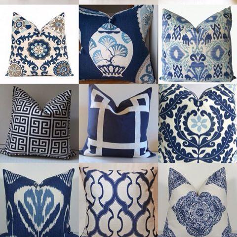 O azul e branco. Essa dupla de cores tradicional desde a porcelana chinesa do século 14 também fica linda em almofadas. E quanto mais, melhor. #fotoinspiração #olhardonatelli #blogdonatelli #homedesign #homedecor #decoraçãodeinteriores #donatellitecidos #almofadas