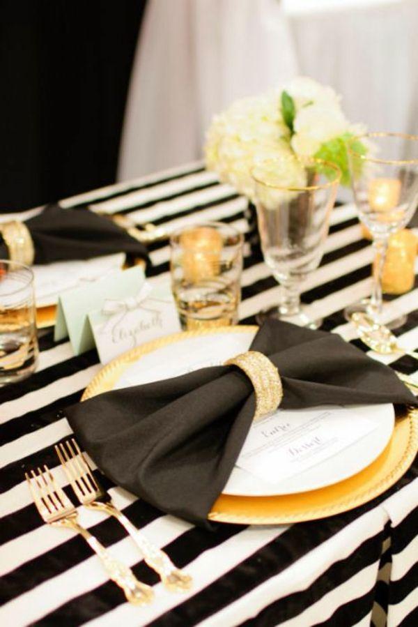 servietten falten elegante tischdeko schwarz weiß gold stoffserviette serviettenring