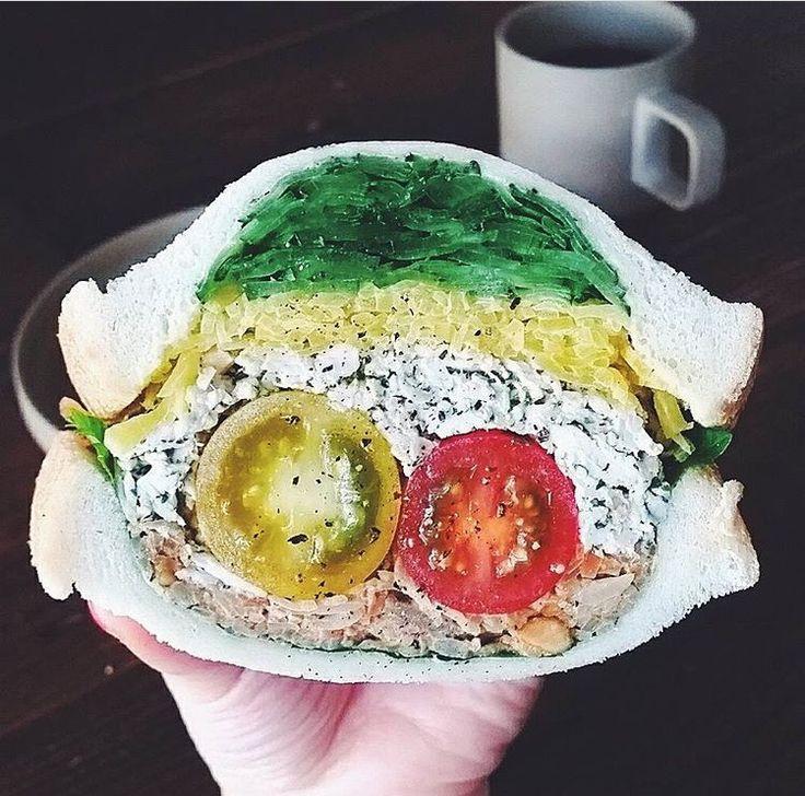 見た目も味もとっても美味しい、ザクザクの食感がたまらないボリューム満点の御馳走サンドイッチ!